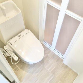 脱衣所はトイレと同室です。
