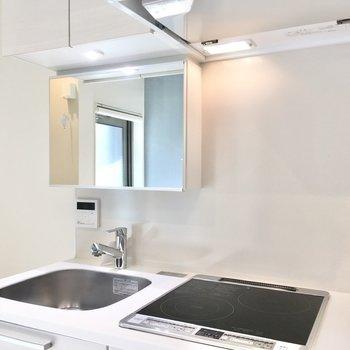 キッチンは洗面台としても利用可能。鏡の裏は収納になっています。