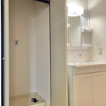 ドアに隠された洗濯機置き場。