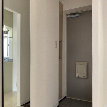 玄関側は照明がないので、穴を開けずにつけられるライトを用意するといいかも。