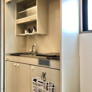 その隣がキッチンと冷蔵庫置き場。窓があるのが嬉しい…!