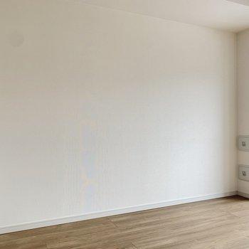 窓の左下部にテレビコンセントがありますよ。※写真は4階の反転間取り別部屋のものです