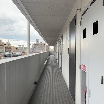 共用部の長ーい廊下。