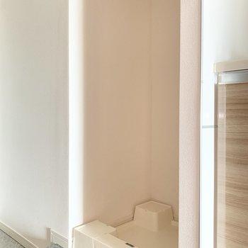 洗濯機置き場は玄関のお隣。※写真は4階の反転間取り別部屋のものです