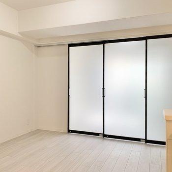 扉を閉めるとこんな具合。透明板なのでやさしい光をほんのり感じます。(※写真は同間取り2階のお部屋です)