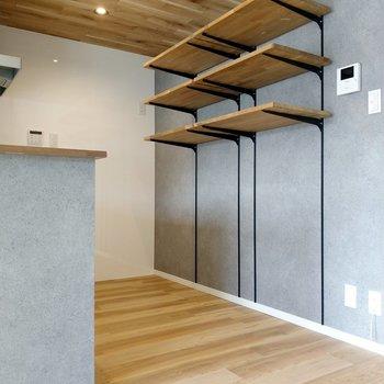 後ろのオープン棚には飾るように並べたい。奥に冷蔵庫置けます。