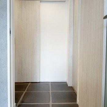 廊下に出て右手が洋室。正面に脱衣所。左手に玄関です。床の柄もお洒落。