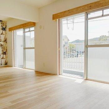 木枠のついた窓が素敵。エアコンは真ん中に設置できますよ。