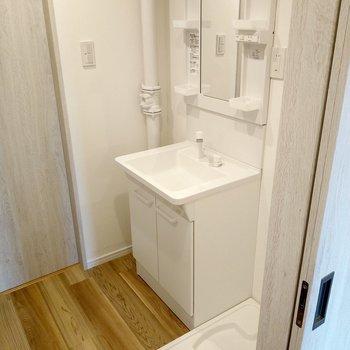 すっきりとした洗面台と洗濯機置き場。とても綺麗!