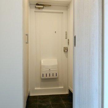玄関は真っ白でナチュラル。土間は広くないので靴はこまめにしまって。