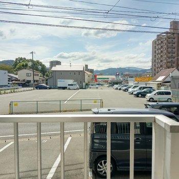 正面は駐車場ですが、青空に、山々も見えます。