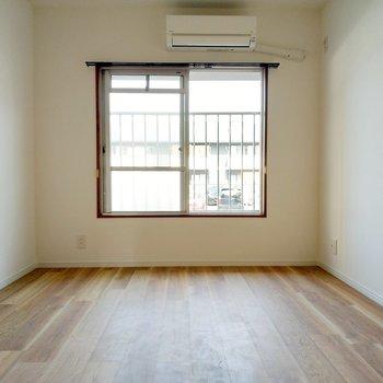 洋室はダブルベッドを置いても余裕の広さ。エアコン付きです◎