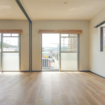 2面窓で風がとおります。窓の木枠も雰囲気あります。