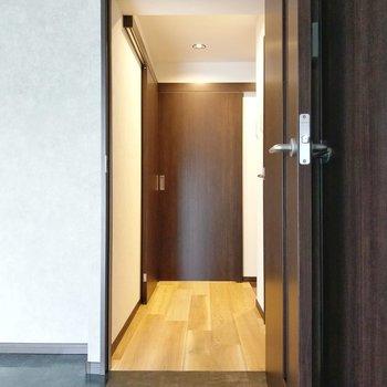 廊下に出て、正面が脱衣所。右手前にトイレ。左手に洋室です。
