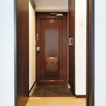 玄関扉はチョコレートみたい!土間は広くないので靴はこまめにしまって。