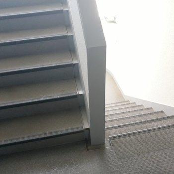 階段の幅は普通くらい。家具搬入時はサイズの確認を。