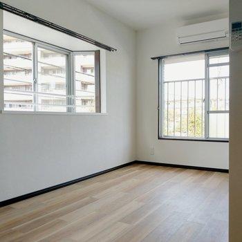 洋室も2面窓。こちらにも出窓が!
