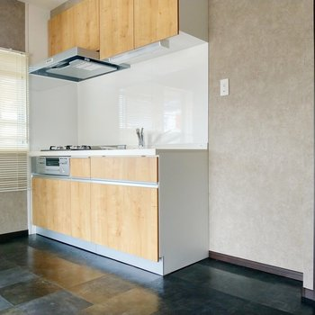キッチン横に冷蔵庫が置けます。