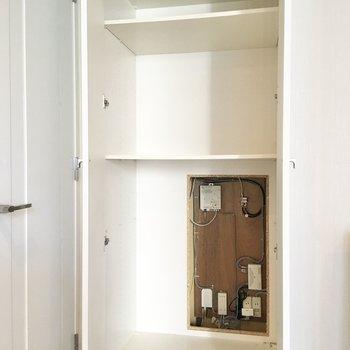 その隣にもう1箇所収納が。掃除機などの家電をしまっておけそうです。※写真はクリーニング前のものです