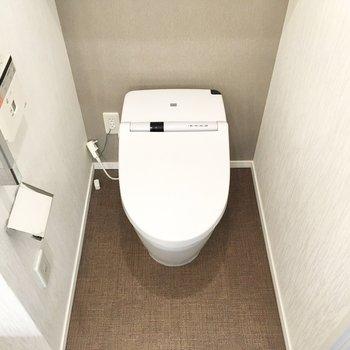 洗面台の隣にトイレが。タンクレスタイプでスマートなビジュアル。