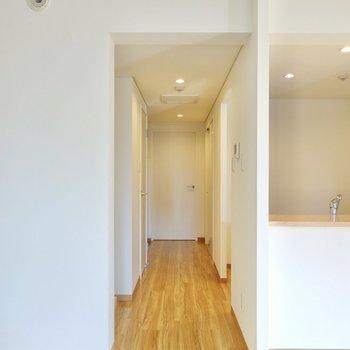 キッチンへはこちらの廊下から。