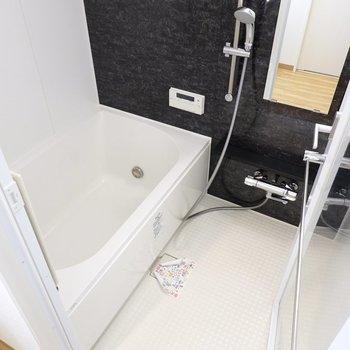 ガラスドアの向こうにはモノトーンのバスルーム!追い焚き・浴室乾燥機付きが二人暮らしに嬉しい。