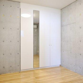 ドア側には収納。大きな姿見付きでその場でフィッティングできますよ。
