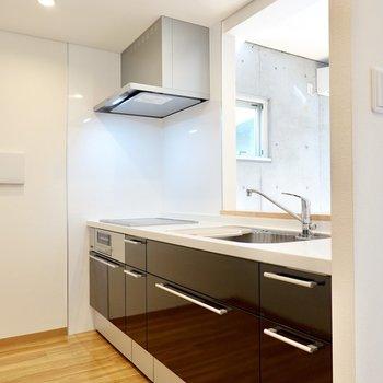 吊戸棚が無いキッチンなので、料理をする気分も開放的に。