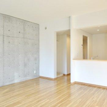 無彩色の家具もグレーやベージュのファブリックも似合います。