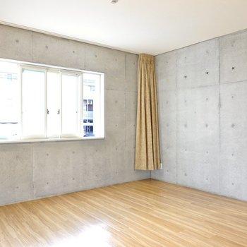 リビングダイニングは12.2帖。冷たい印象のコンクリートと温かみのある床のコントラストが◎