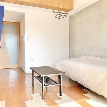 一面打ちっぱなしでクールな印象も! ※4階の類似間取り別室の写真です。