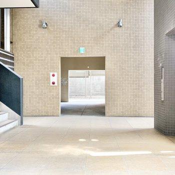 1階エントランス】奥には駐輪場があります。