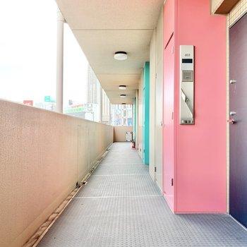 共用部】廊下はポップな雰囲気。
