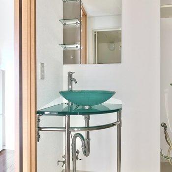 ミントカラーの爽やかな洗面台。 ※4階の類似間取り別室の写真です。