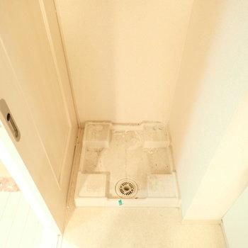 洗濯機はとなりにあります!(※写真は6階の同間取り別部屋、清掃前のものです)