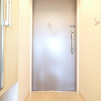 玄関はゆったりめです。(※写真は6階の同間取り別部屋、清掃前のものです)