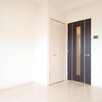 黒で家具を揃えるとクールですね。(※写真は6階の同間取り別部屋、清掃前のものです)