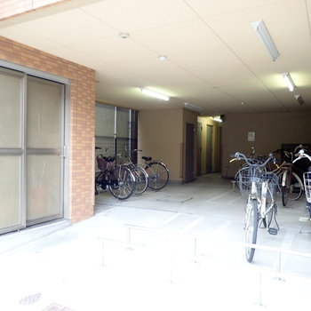 【共用部】自転車とゴミ置き場です。