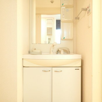 洗面台はゆったり!つけ置き洗いできます!(※写真は6階の同間取り別部屋、清掃前のものです)