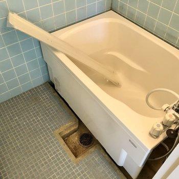 ブルータイルが懐かしいバスルーム。浴槽は新品になりました!