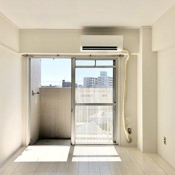 隣の6帖の洋室。エアコンはこちらのみ。他の部屋につけるときは工事が必要かもしれません!