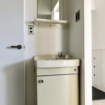 レトロな独立洗面台。