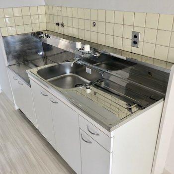 淡いイエロータイルのキッチン。作業スペースもちゃんとあります◎