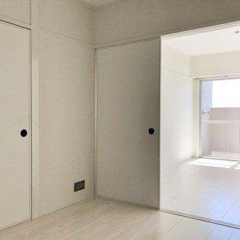 真っ白さが現代風で、引き戸は昔ちっくなところがお気に入り。