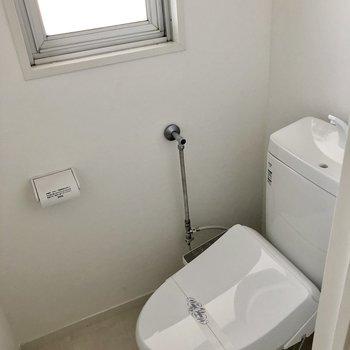 窓付きで明るいトイレ。もちろんウォシュレット付き!