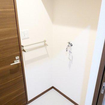 右手には洗濯機置き場。上部には棚も付いています。