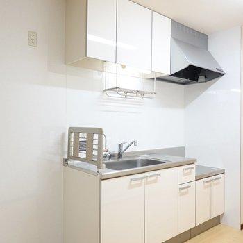 キッチンは主張の少ない白。冷蔵庫置き場は左側に。