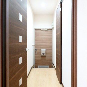 脱衣所は廊下に出て右手に。