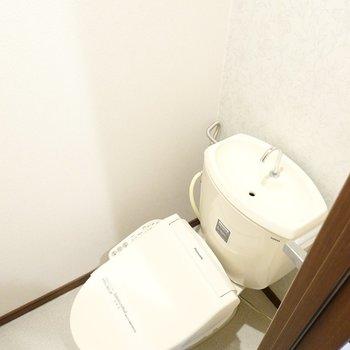 トイレはウォシュレット付き!こちらも上部に収納棚があります。