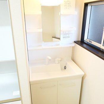 なんとキッチンの隣に洗面台が……!朝食を準備しながら身支度ができますね。